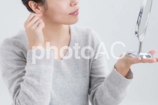 耳を触る女性の写真
