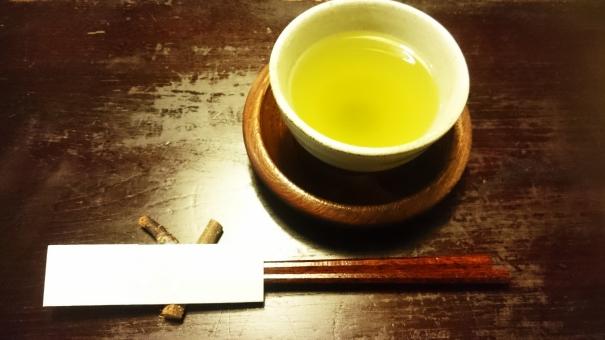 和風 日本 枝の箸置き おはし お箸 日本茶 茶托 木のテーブル 木の机 もてなし 客人 お客 カフェ 湯のみ 湯飲み 湯呑み ヘルシー 健康 美容 リラックス 癒し 緑茶 お茶