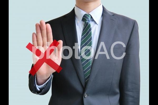 拒否のポーズを取るビジネスマン-青背景の写真
