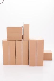 ダンボール 箱 段ボール 荷物 梱包 小包 段ボール箱 複数 積む 無人 白背景 白バック 輸送 引っ越し 引越し 運送 収納 荷造り 宅急便 四角 長方形 屋内 紙 板紙 ペーパー