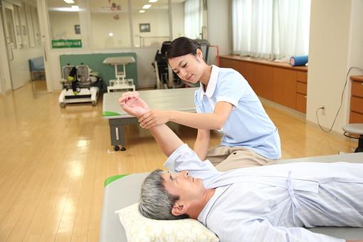 介護 病院 医院 医療 患者 男性 男 ヘルパー リハビリ 麻痺 障害 介護施設 積み木 手 腕 上げる マッサージ ケア 介護福祉士 後期高齢者 ヘルパー 白髪  日本人  トレーナー セラピスト  mdjf034   mdjm013