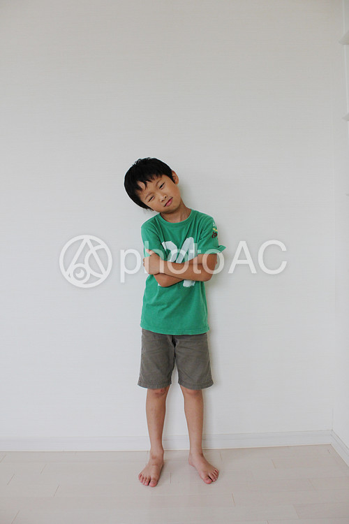 悩む男の子の写真