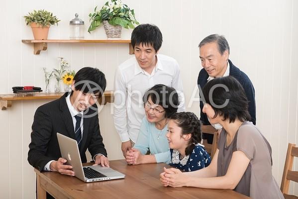 営業マンから説明を受ける家族9の写真