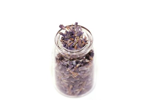 ラベンダー ポプリ 花 ハーブ 植物 自然 ナチュラル ドライフラワー 乾燥 香り アロマ 匂い 瓶 ガラス瓶 小瓶 粒 スタジオ撮影 白バック 白背景 雑貨 グッズ 素材 アップ インテリア おしゃれ