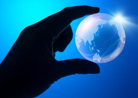 手 指 青 ブルー つまむ 持つ 光 ガラス クリスタル 水晶 世界 世界地図 アクア 天体 大陸 環境保護 環境 地球環境 ハンドサイン 光 透明 透明感 ガイア アース 球体 シルエット 球 エコ エコロジー 宇宙