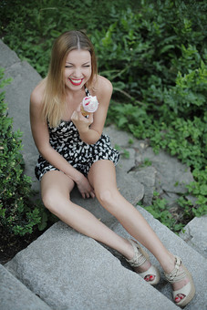 女性 外人女性  金髪 女の人 若い女性 金髪女性 顔 ウクライナ人 人物 外国人  顔 化粧 モデル ポーズ 屋外 自然 風景 樹木 ワンピース スカート ノースリーブ ミニスカート夏 公園 笑う 笑顔 緑 植物 座る ソフトクリーム 口紅 mdff015