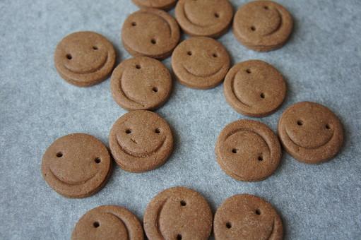 飲食 食べ物 お菓子 焼菓子 洋菓子 デザート クッキー おやつ 手作り ホームメイド ココアクッキー オーブン トレー シート オーブンシート クッキングシート クッキングペーパー スイーツ 自家製 趣味 料理 調理 スマイル 笑顔 顔