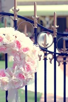 景色 風景 花 花輪 行事 庭 ガーデン お祝い 記念 ロマンティック ロマンチック ピンク かわいい 思い出 パーティー 屋外 結婚 結婚式 ウェディング 幸せ しあわせ HAPPY 式 花束 門