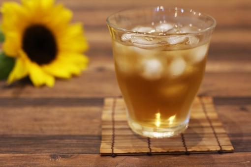 夏のイメージ 夏 真夏 麦茶 向日葵 花 植物 お茶 黄色 ひまわり ヒマワリ 飲物 コピースペース 冷たい 夏イメージ グラス 冷茶 和 飲み物 氷
