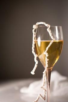 パーティー 宴会 イベント 催し 行事  飲み会 おもてなし 飲食 飲み物 ドリンク  お酒 アルコール グラス テーブル 屋内  室内 レストラン ホテル ホームパーティー 華やか グラス カクテル 紙テープ クラッカー アップ 無人 シャンパン ワイングラス ワイン 白ワイン 誕生日
