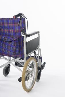 車椅子 車いす 車イス 白バック 白背景  タイヤ 椅子 車輪 取手 一台  青 介護 不自由 医療 療養 医療器 障害 移動 福祉 用品  病院 ホスピタル 介助 手動 背面