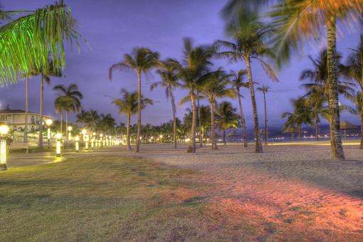 夕日 夕方 夕焼け オレンジ 日没 日の入り 海 屋外 外 晴天 晴れ 空 自然 景色 風景 海岸 岸 ビーチ 椰子の樹 椰子の木 建物 道 住宅 植物 樹木 外国 外国風景 海外 海外風景