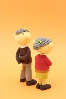 クレイ クレイアート クレイドール ねんど 粘土 クラフト 人形 アート 立体イラスト 粘土作品 人物 笑顔 老夫婦 老人 夫婦 お爺ちゃん お婆ちゃん おじいちゃん おばあちゃん 後ろ姿