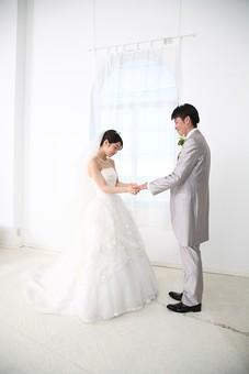 花嫁 女性 美しい きれい ウェディング 結婚式 結婚 記念 純白 白 透明感 花婿 男性 男女 記念写真 幸せ 新婚 夫婦 カップル 指輪 結婚指輪 指輪交換 リング 指輪をはめる 左手 薬指 日本人  mdjm003 mdjf014