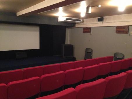 座席 部屋 観客席 椅子 屋内で 映画 家具 劇場 空の 舞台 観客 シアター 建築 古い レトロ 赤 スクリーン 寂しい 懐かしい 映画館
