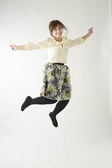 人物 日本人 女性 女の子 ポーズ  おすすめ 表情 若者 若い 20代  モデル かわいい チャーミング 美人 茶髪  白バック 白背景 屋内 スタジオ 全身 ジャンプ 飛ぶ 空中 喜び 楽しい 笑顔  mdjf006