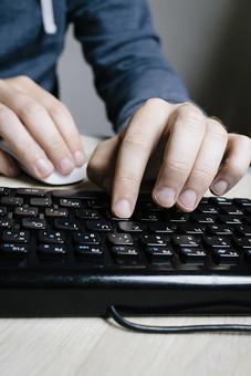 パソコン PC パーソナルコンピュータ パーソナルコンピューター コンピュータ コンピューター キーボード 鍵盤 入力機器 周辺機器 キー タイピング 入力 黒 ブラック 接写 クローズアップ アップ 人物 手 指 右手 マウス 操作 クリック 左手 打つ 押す