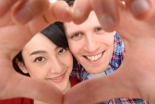 国際結婚 日本人  外国人  人物 2人 男性 女性 カップル 男女  黒髪 ショートヘア  茶髪 短髪  並ぶ  くっつく 肩を寄せ合う 赤い服 シャツ  チェック      身長差  手   ハート  手でハート 指 ゆび  笑顔 歯 白い歯  幸せ  しあわせ  ハッピー 嬉しい うれしい 楽しい たのしい  仲良し なかよし 愛情 愛する2人  白バック  白背景 mdjf017 mdfm073