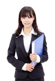 女性 人物 ビジネスウーマン 20代 二十代 女の子 若い 日本人 笑顔 えがお 可愛い かわいい ポートレート モデル 美しい 美人 きれい 綺麗 ビジネス オフィス スーツ オフィスレディー 会社 会社員 企業 仕事 働く 職場 ol 秘書 受付嬢 受付 ファイル フォルダー 書類 資料 会議 朗らか にこやか ほほえむ 微笑む ほほえみ 微笑み 白 背景 白バック 白背景 スタジオ撮影 スタジオ 無地背景 1人 一人 コピースペース アップ 上半身