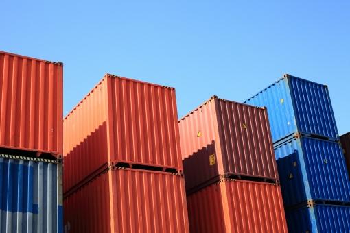 コンテナ コンテナヤード コンテナターミナル クレーン 大型クレーン 空 青空 晴れ ビジネス 輸出入 容器 運輸業 物資 経済 金属 アップ 無人 輸出 輸入 荷物 貨物 輸送 運輸 物流 流通 運搬 産業 貿易 港 埠頭 船荷 積荷 鉄 スチール 積む