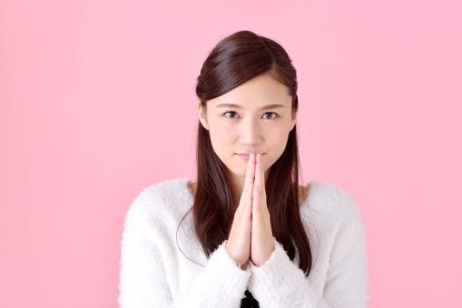 人物 女性 日本人 若者 若い  20代 美人 かわいい ロングヘア カジュアル  ラフ 私服 セーター ニット 屋内  スタジオ撮影 背景 ピンク ピンクバック ポーズ  おすすめ 上半身 正面 手を合わせる お願い 願い事 祈る 謝る ごめんなさい mdjf007