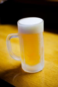 生ビール ビール 酒 お酒 居酒屋 飲み屋 ジョッキ 凍ってる 冷えている 泡 金色 仕事終わり 一杯
