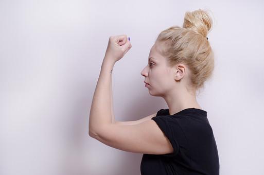フィットネス写真 人物 1人 外国人 白人 セルビア人 女性 大人 若い 金髪 スポーツ フィットネス エクササイズ 体操 運動 トレーニング シェイプアップ ダイエット 引き締め ヨガ ピラティス 屋内 スタジオ ジム クラブ 美 美容 健康 ボディ スリム 脂肪 筋肉 筋トレ ストレッチ 腕 拳 こぶし Tシャツ 上半身 曲げる 横向き 横顔 力こぶ mdff014