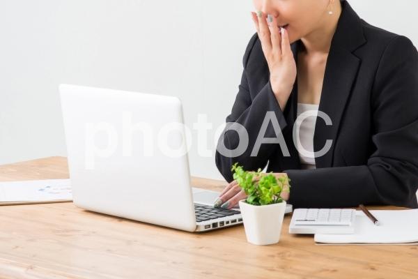 PCを見て喜ぶ女性の写真