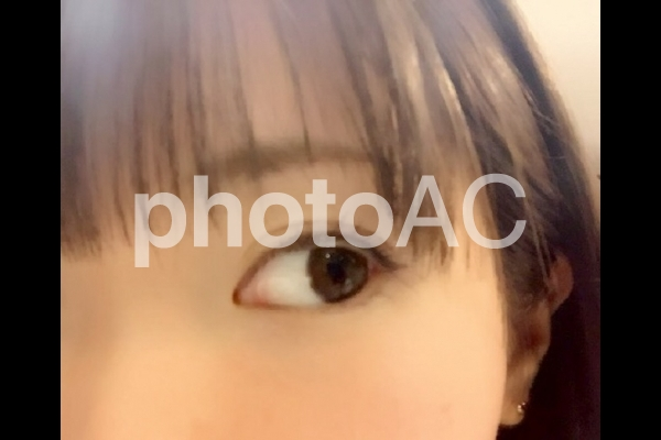 女性の片目の写真