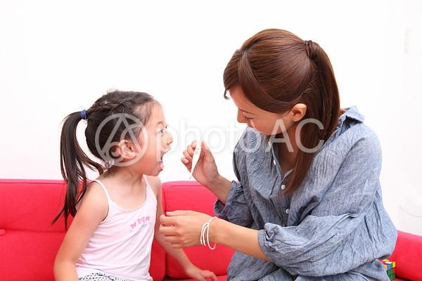 歯磨きをする親子3の写真