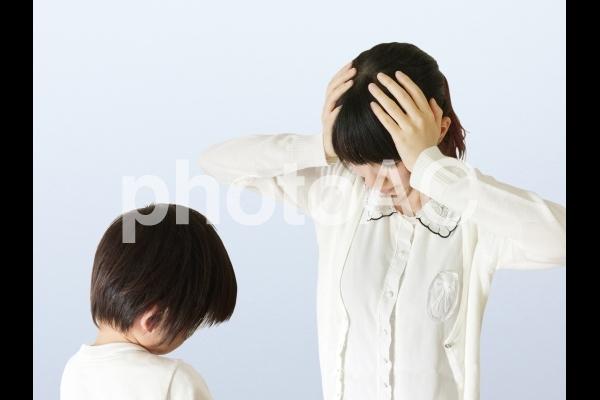 子どものイヤイヤ期にウンザリする母親の写真