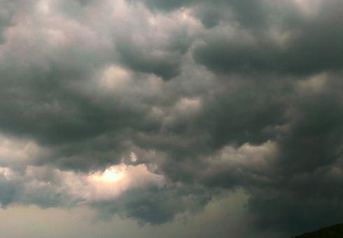 豪雨 降臨 光 空 雲 黒い 暗い 自然 雨 雷 光芒 雲間 嵐 不安 怖い 恐怖 ゲリラ豪雨 豪雨 大雨 不吉 幻想的 素材 暗黒 屋外 雨雲 異常気象 曇り空 背景 バックグラウンド 梅雨