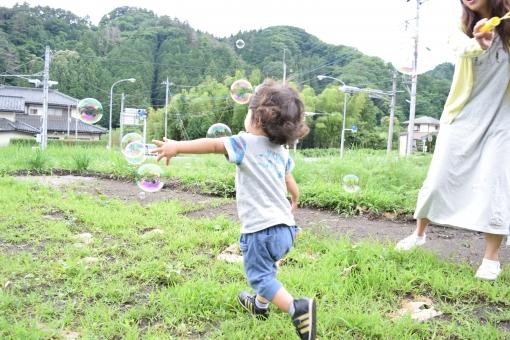 喜び 歓 走る 走り回る こども 子供 疾走感 躍動 躍動感 疾走 マラソン ランニング 赤ちゃん あかちゃん くせっ毛 天然パーマ パーマ 1歳 2歳 3歳 夏 半袖 短パン ハーフパンツ シャボン玉 シャボン 庭