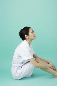 人物 女性 日本人 20代 30代   仕事 職業 医療 病院 看護師  ナース 医者 医師 女医 薬剤師  白衣 看護 屋内 スタジオ撮影 背景  グリーンバック おすすめ ポーズ 全身 座る 横向き 横顔 見上げる mdjf010