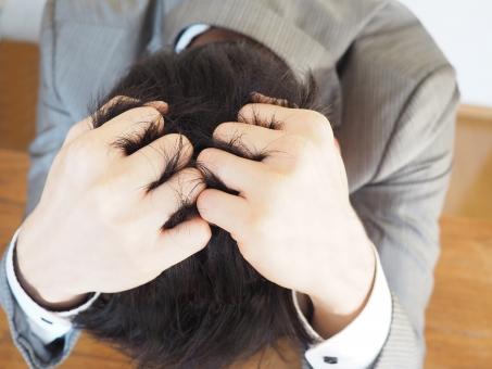 ビジネスマン ビジネス オフィス 頭を抱える 社会人 頭痛 悩み ストレス 疲労 管理職 職場 鬱 サラリーマン 苦しい 疲れ 考える 絶望 悩む 人間関係 過労 解雇 迷う 痛い 辛い メンタル 精神 クビ 不安 リストラ 心