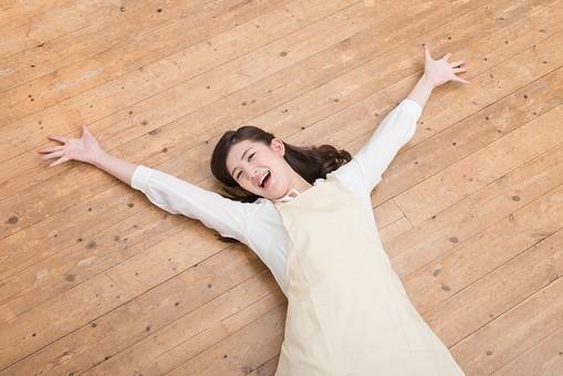 人物 日本人 嫁 お嫁さん 奥さん 妻 女性 20代 30代 エプロン 床 寝る 寝っ転がる 倒れる 解放感 解放 自由 弛緩 大の字 仰向け うれしい カメラ目線 面白い おもしろい コミカル ユーモラス オーバーリアクション 笑う 笑顔 スマイル  mdjf049