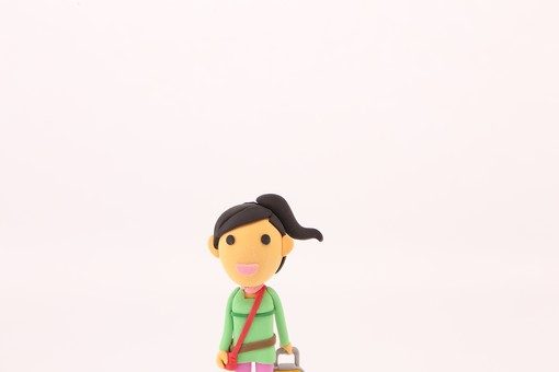 クレイアート お出かけ 旅行 旅 観光 レジャー 休暇 一人 粘土 立体イラスト 人物 クラフト 人形 笑顔 かわいい 立体 立体人形 女性 女  鞄 かばん 旅行バッグ バッグ キャリーバッグ  大人