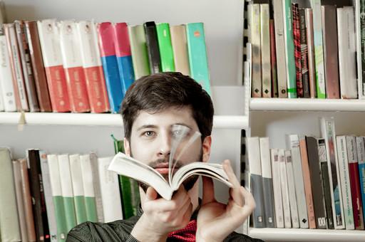 本 ブック 書物 書籍 図書 読書 読む 趣味 勉強 人物 男性 男 外国人 若い 若者 髭 20代 上半身 本棚 書棚 図書室 図書館 めくる 捲る ページ パラパラ 接写 クローズアップ mdfm079