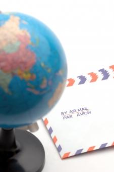 エアメール 郵便 国際郵便 封筒 地球 地球儀 ビジネス ビジネスレター グローバル コミュニケーション 国際社会 世界 世界地図 地図 レター 海外 郵送 配送 発想 ライフスタイル
