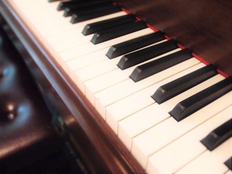 ピアノ オルガン エレクトーン キーボード キー 黒鍵 白鍵 鍵盤 けんばん アップ 音楽 楽器 ミュージック 音 音色 イス 椅子 いす ひく 弾く 演奏 公演 奏でる ホール メロディー コード 発表会 おゆうぎ会 ピアニスト オルガニスト 音楽家 ミュージシャン 伴奏 合奏 楽譜 楽曲 曲 スコア 茶色 ななめ コンサート ライブ ハーモニー アップライト グランドピアノ ステージ 教会 ジャズ クラシック 芸術 文化 響く 音響 響き 練習 習う 習い事 本番