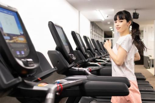 若い 人物 日本人 20代 笑顔 女性 ライフスタイル 屋内 ポートレート 美容 健康 ダイエット 上半身 スポーツ 運動 筋トレ トレーニング フィットネス かわいい 女の子 走る ランニング コピースペース 綺麗 きれい メニュー ヘルシー さわやか 筋力トレーニング エクササイズ ビューティー スポーツウェア 美しい イメージ ジム モデル スリム シェイプアップ 健康的 スタイル トレーニングウェア スポーツジム 鍛える ランニングマシン 美人 有酸素運動 有酸素 トレーニングジム フィットネスジム トレッドミル