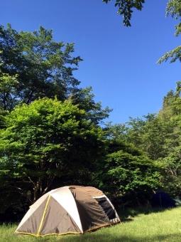 キャンプ アウトドア テント 青空 晴れ 木々 山 森 空 自然 泊り 登山 風景 景色 植物 緑 日差し 森林浴 森林 休日 休暇 リフレッシュ 初夏