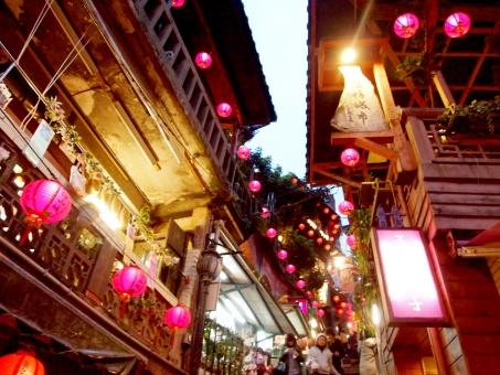 階段 提灯 路地 赤提灯 狭い 道 台湾 九份 千と千尋 観光 日帰り taiwan 旅行 旅 写真 スポット 写真スポット ちょうちん チョウチン 台北 桃園 雨
