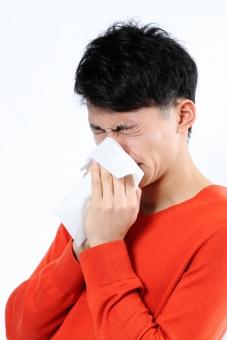 人物 生物 人間 男性 若い 青年 アジア アジア人 日本 日本人 ポーズ モデル ラフ 私服 オフ 赤い オレンジ 立つ ティッシュ 鼻をかむ 鼻水 風邪 花粉症 鼻 耳鼻科 くしゃみ mdjm002