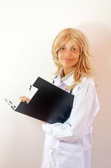 人物 女性 外国人 外国人女性 スペイン人 スペイン人女性 金髪 金髪女性 白人 白人女性 欧米人  病院 医療 若い ポートレート 仕事 働く 病院 白衣 診察室 医院 医療事務 福祉 白バック 白背景 施術 看護 カルテ ファイル mdff022