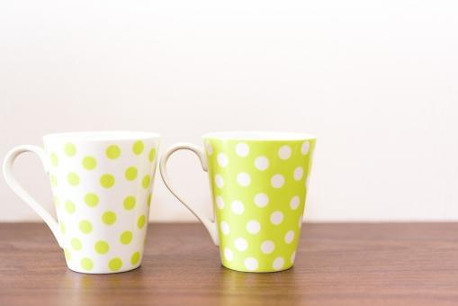 ペアカップ おしゃれ コップ マグカップ 木目 ドット 水玉 かわいい コピースペース カップル 恋人 夫婦 同棲 雑貨 白バック おそろい お揃い ティータイム カフェ