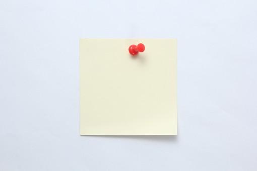 小物 雑貨 物 文具 文房具 ステーショナリー 付箋 ポストイット 便利 使う アイテム おなじみ 小さい 手作業 細かい マーク 紙 ポップ 色 注目 印 目印 場所 はさむ 貼る くっつける 黄色 画鋲 とめる メモ