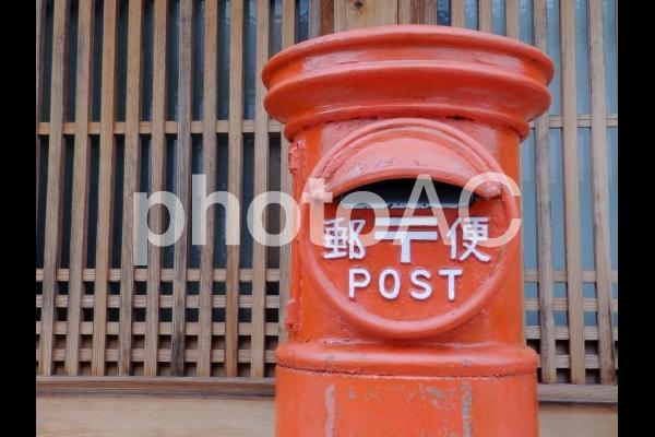 風景 郵便ポスト 面格子の写真