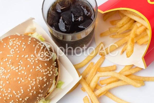 バーガーとフライドポテトとコーラ1の写真