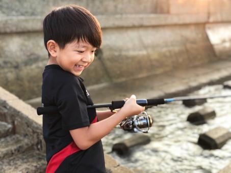 魚釣りをする男の子_03の写真